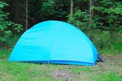 Kampieren im Freien mit Zelt im Holz im Sommer Stockfotos