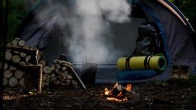 Kampieren mit Feuer nachts in der Wildnis stock footage