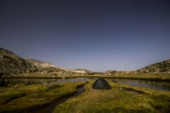 Kampieren nahe See von Berg Saklıgöl UludaÄŸ in der Türkei Stockfoto