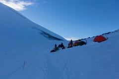 Kampieren Sie an einer Höhe von 5.200 Metern zwischen den West- und Ostspitzen vom Elbrus Lizenzfreies Stockbild