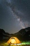 Kampieren Sie im Berg mit unterem sternenklarem nächtlichem Himmel mit Milchstraße stockfotografie
