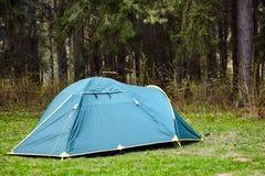 kampieren Touristisches Zelt im Wald stockfotografie