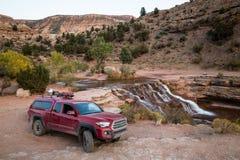 Kampierende Anlage der roten Aufnahme auf felsiger Spur nahe Wasserfall in südlichem Lizenzfreie Stockfotografie