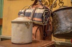 Kampierende Ausrüstung der antiken Weinlese mit einem Zinnlebensmitteleimer Lizenzfreie Stockfotografie