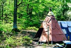Kampierende Hippie auf Klimahintergrund, Reisekonzept im wilden, Nahaufnahme lizenzfreie stockfotos