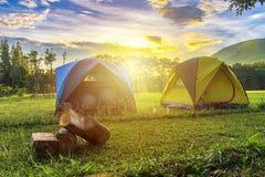 Kampierende Landschaft im Freien mit sonnigem Tag und Hintergrund des Bergs I lizenzfreies stockfoto