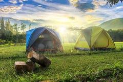 Kampierende Landschaft im Freien mit sonnigem Tag und Hintergrund des Bergs, M lizenzfreie stockbilder