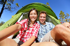 Kampierende Leute Selfie im Zelt, das Selbstporträt nimmt Stockfotografie