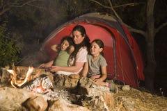 Kampierende Mutter und Töchter Stockfoto