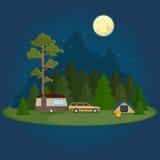 Kampierende Nachtszene mit Wohnwagen, Zelt und Lagerfeuer Lizenzfreie Stockbilder