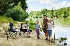 Kampierende und fischende Familie, Leute Active in der Natur, Kind-caugh Lizenzfreie Stockfotos