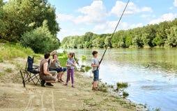 Kampierende und fischende Familie, Leute Active in der Natur, Kind-caugh Lizenzfreies Stockbild