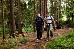 Kampierende Wanderung-Paare Stockfotos