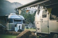 Kampierender Campingplatz des Wohnwagens stockfotografie