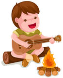 Kampierender Junge, der Gitarre spielt Lizenzfreie Stockbilder