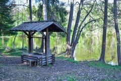 Kampierender Platz mit einem Fluss lizenzfreie stockbilder