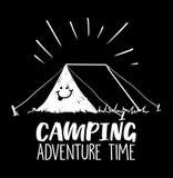 Kampierendes Abenteuer setzen Zeit Illustration mit Zelt und Lächeln auf ihm fest stockfotografie