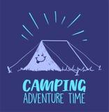 Kampierendes Abenteuer setzen Zeit Illustration mit Zelt und Lächeln auf ihm fest Farbige Illustration lizenzfreie stockfotos