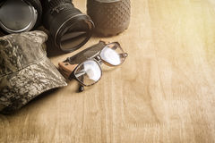 Kampierendes Acessories auf Holztisch Lizenzfreies Stockfoto