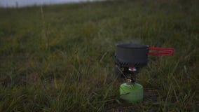 Kampierendes Kochen im Freien mit kleinem primus stock video footage