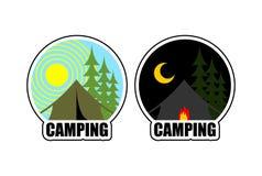 Kampierendes Logo Tag und Nacht Landschaft mit Zelt und Wald Embl Lizenzfreie Stockfotografie
