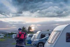 Kampierendes Parken Älterer Fotograf, der einen Schlafplatz in touristik Lager schaut leet Abend, Schottland lizenzfreies stockfoto