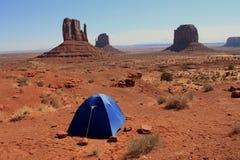 Kampierendes Zelt im Denkmal-Tal Lizenzfreies Stockbild