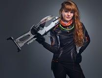 Kampioen die van roodharige de vrouwelijke Biathlon met een concurrerend kanon streven royalty-vrije stock fotografie