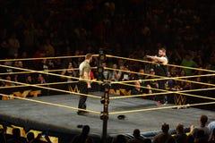 kampioen Kevin Owens die zich op de punten en de besprekingen van de ringsschort bevinden aan stock afbeelding