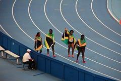Kampioen Shelly-Ann Fraser-Pryce en anderen met vlaggen Stock Fotografie
