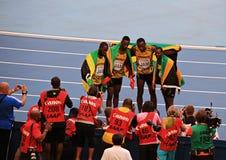 Kampioen Usain St Leo Bolt en anderen met vlaggen Stock Afbeeldingen