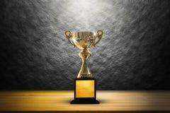 Kampioens gouden trofee op houten lijstachtergrond De ruimte van het exemplaar Royalty-vrije Stock Afbeelding