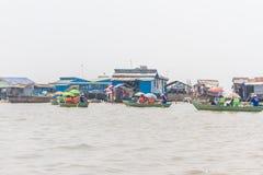 Kampong, Siem Reap, Cambodge février, 27 2015 : Touris non définis Image libre de droits