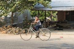 自行车的柬埔寨孩子 Kampot,柬埔寨 免版税库存图片
