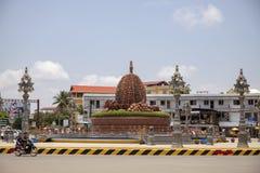 Kampot, Cambogia - 12 aprile 2018: vista della città con il monumento del durian sul quadrato di città Foto cambogiana di viaggio fotografie stock libere da diritti