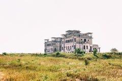 Kampot, Cambogia - 27 gennaio 2015: Hotel abbandonato 'palazzo di Bokor' nella stazione della collina di Bokor della città fantas Fotografie Stock