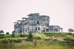 Kampot, Cambogia - 27 gennaio 2015: Hotel abbandonato 'palazzo di Bokor' nella stazione della collina di Bokor della città fantas Fotografia Stock Libera da Diritti