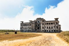 Kampot, Cambogia - 27 gennaio 2015: Hotel abbandonato 'palazzo di Bokor' nella stazione della collina di Bokor della città fantas Fotografie Stock Libere da Diritti