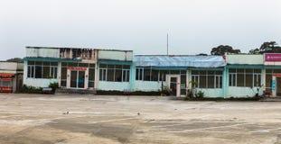 Kampot, Cambogia - 27 gennaio 2015: I ristoranti abbandonati si avvicinano all'hotel 'palazzo di Bokor' nella stazione della coll Immagini Stock