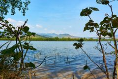 Kampot Kambodża rzeka z górami w tle i pięknym krajobrazie obraz royalty free