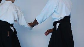 Kampsporter styr i svart hakamaövningsAikido med en kvinna stock video
