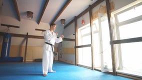 Kampsporter styr på kamputbildning i idrottshall arkivfilmer