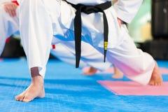 Kampsportsportutbildning i idrottshall royaltyfri fotografi