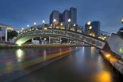 Kampung Morten Bridge Over Melaka River på den blåa timmen fotografering för bildbyråer