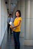 kampusu szkoła wyższa śliczny roześmiany studencki uniwersytet Zdjęcie Stock