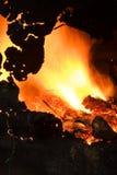 Kampvuur in een oud ijzervat. Stock Foto's