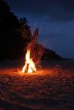 Kampvuur op het strand Stock Foto
