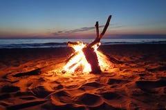 Kampvuur op het strand Royalty-vrije Stock Foto