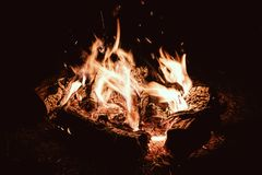 Kampvuuravond Kampbrand in het nacht toeristische kamp stock foto's