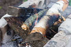 Kampvuurhout voor barbecue Stock Afbeeldingen